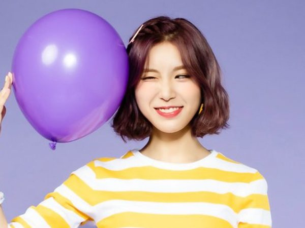 Winy from band Lipbubble winking with purple balloon